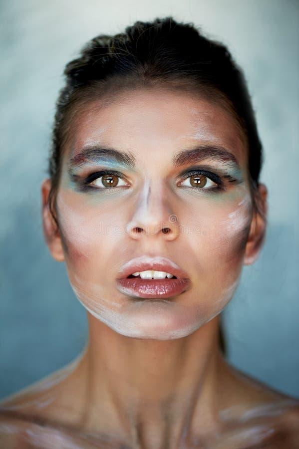 Dziewczyna model z kreatywnie makeup, farb uderzenia na twarzy kreatywna osoba Wargi odchylone, przewodzą nieznacznie rzucają z p zdjęcia stock
