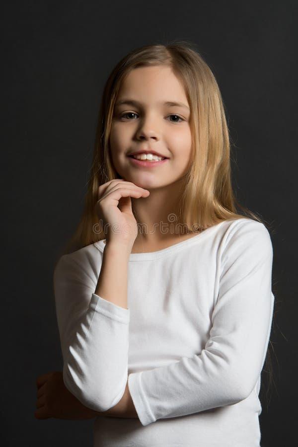Dziewczyna modela poza z ślicznym uśmiechem i długim blondynem obrazy royalty free