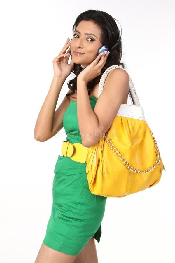 dziewczyna modny hełmofon zdjęcia royalty free