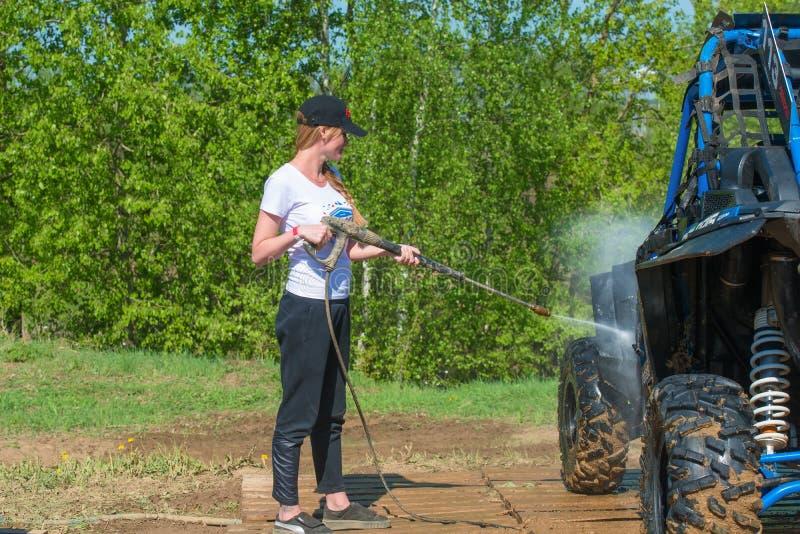 Dziewczyna myje samochód obraz royalty free