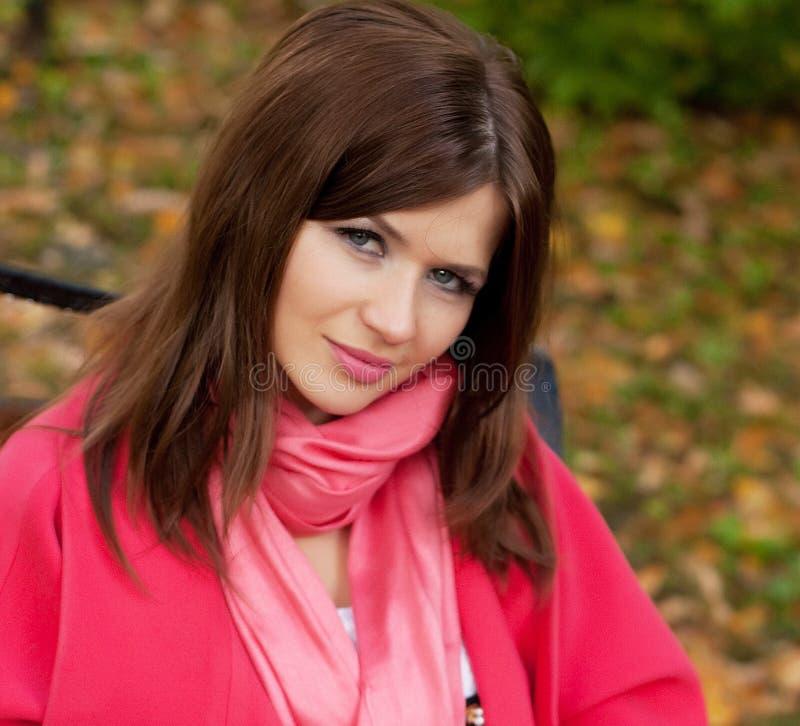 Dziewczyna na ławce w jesień parku obrazy stock