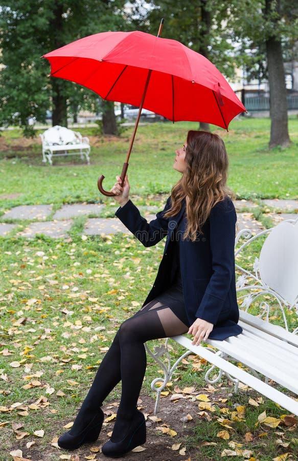 Dziewczyna na ławce w miasto parku zdjęcia stock