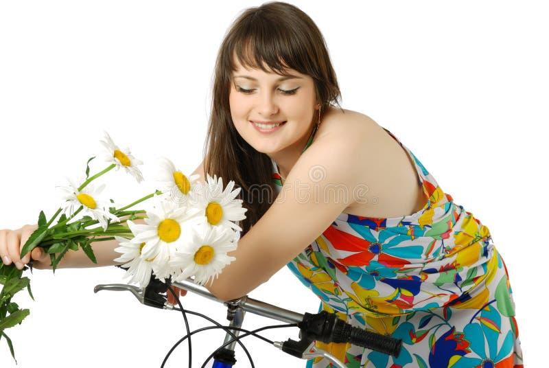 Dziewczyna na bicyklu z kwiatami obrazy royalty free