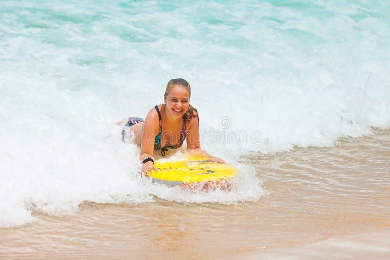 Dziewczyna na bodyboard zdjęcia stock