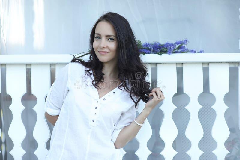 Dziewczyna na drewnianym ganeczku blisko domu zdjęcie royalty free