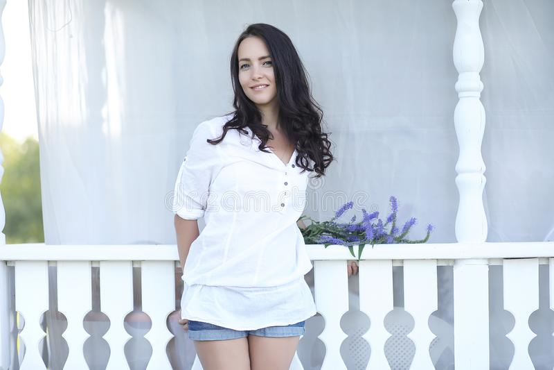 Dziewczyna na drewnianym ganeczku blisko domu zdjęcia royalty free
