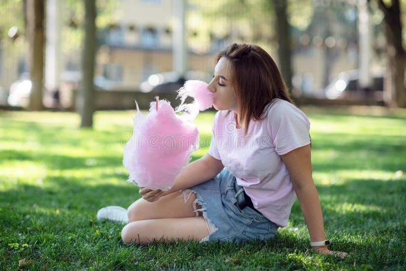 Dziewczyna na kirtag z bawełnianym cukierkiem zabawa i radość jarmark obrazy royalty free