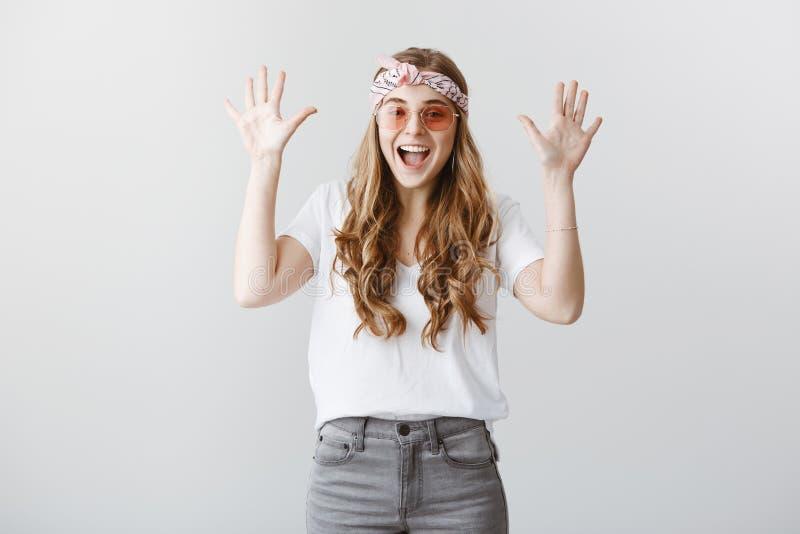 Dziewczyna na koncercie cieszy się wielką muzykę Atrakcyjna elegancka europejska kobieta mówi yeah w modnej kapitałce i okularach zdjęcie royalty free