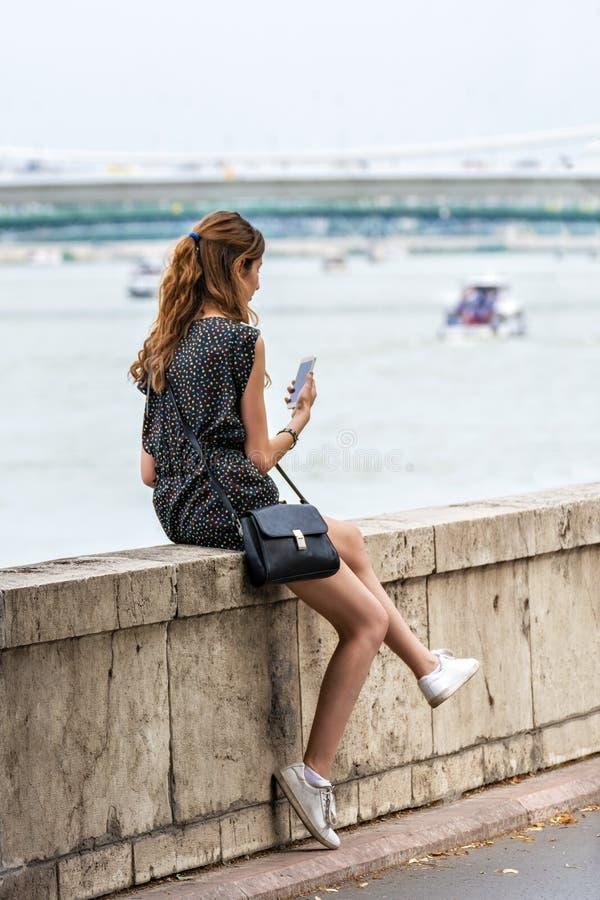 Dziewczyna na nabrzeżu fotografia stock