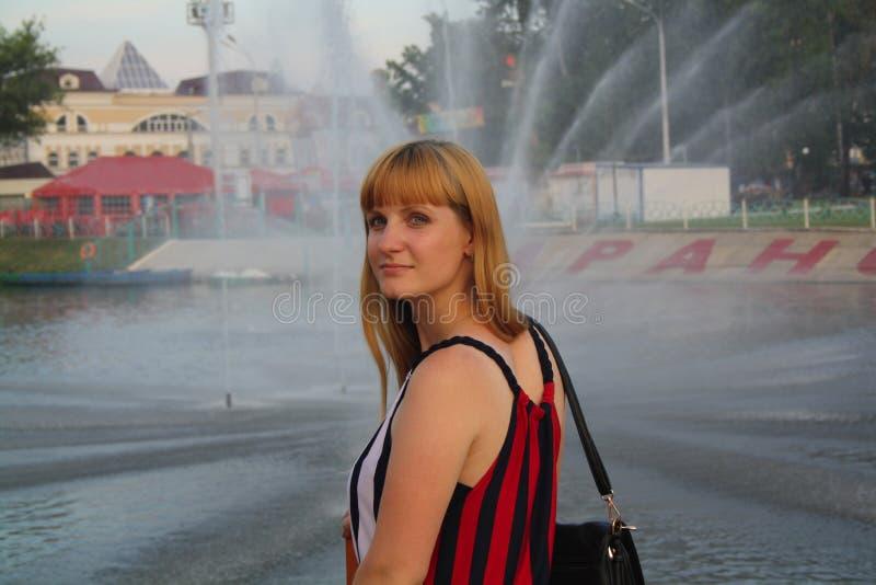 Dziewczyna na pejzażu miejskim zdjęcia stock