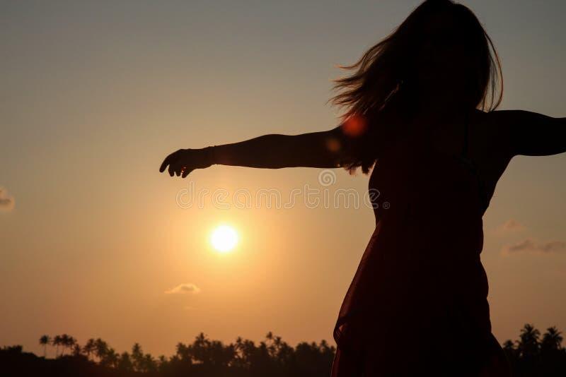 Dziewczyna na plaży przeciw słońcu obrazy stock