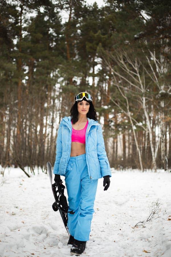 dziewczyna na snowboard w lesie obraz stock