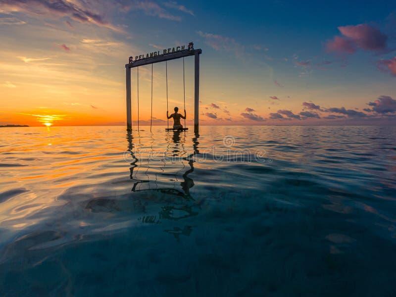 Dziewczyna na Swing Pelangi Beach Gili Air Indonesia zdjęcie royalty free
