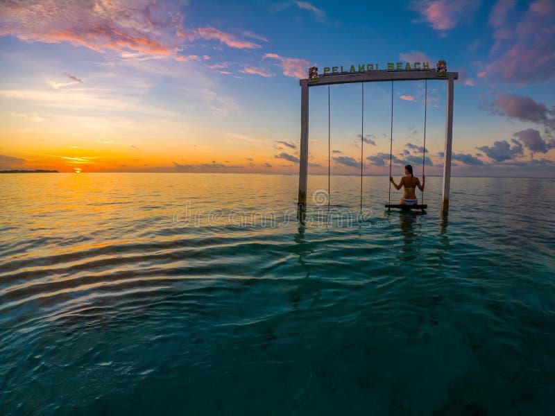 Dziewczyna na Swing Pelangi Beach Gili Air Indonesia obraz stock