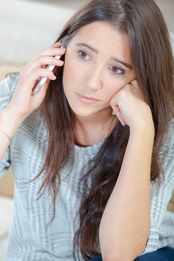 Dziewczyna na telefoniczny patrzeć smutny obrazy stock