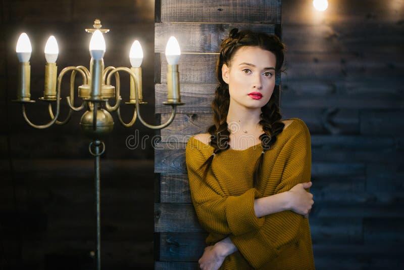 Dziewczyna na tle drewniana ściana blisko kandelabru obrazy royalty free