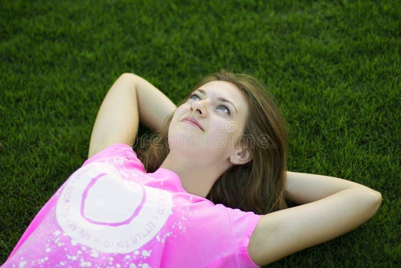 Dziewczyna na trawie zdjęcie royalty free