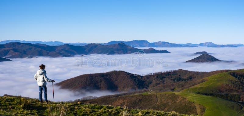 Dziewczyna na wierzchołku patrzeje krajobraz góra obrazy royalty free