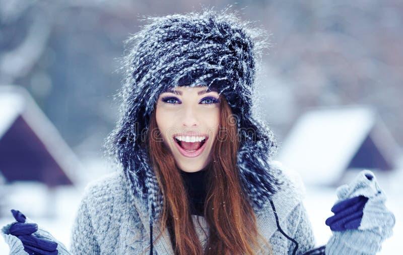 Dziewczyna na zimy tle fotografia royalty free