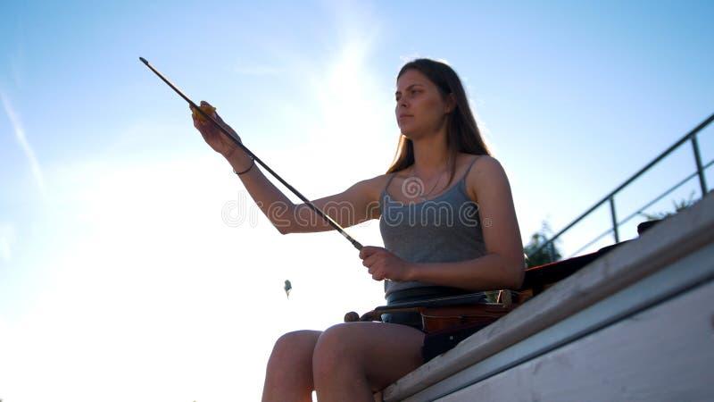 Dziewczyna naciera skrzypcowego łęk z krzem gąbką obrazy royalty free
