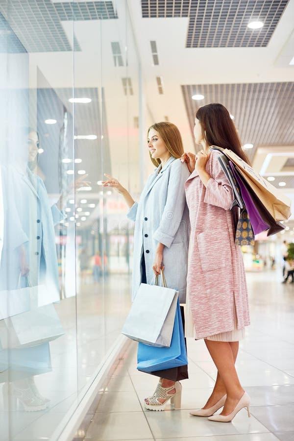 Dziewczyna Nadokienny zakupy w centrum handlowym fotografia royalty free