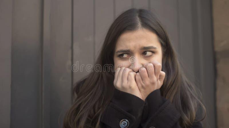Dziewczyna nagle czuje niekontrolowanego ataka strach w ulicie, zaburzenia psychiczne zdjęcie stock