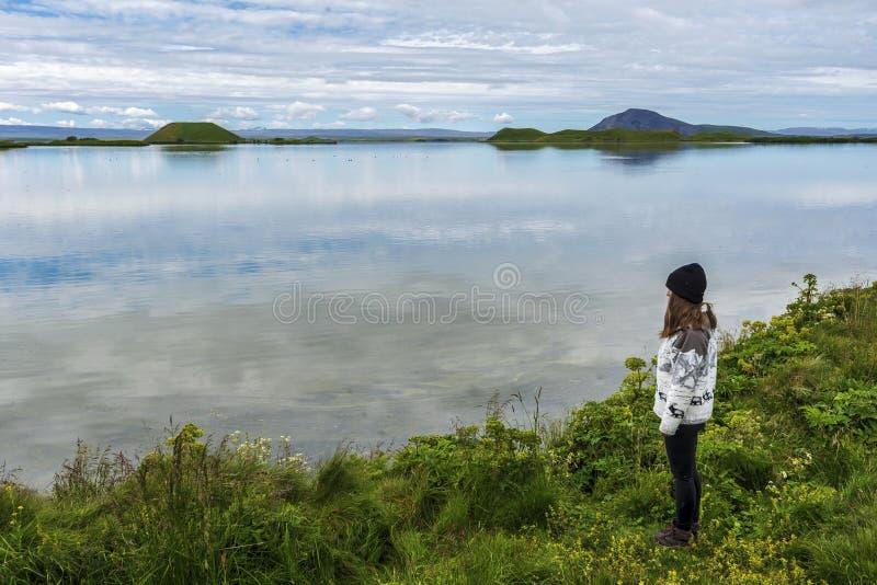 Dziewczyna nastolatek zostaje w granicie Myvatn jezioro w Północnym Iceland zdjęcia royalty free