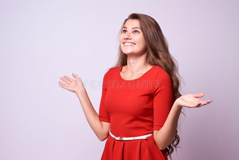 dziewczyna niespodziewanej Szczera radość piękną brunetkę Rewolucjonistki Suknia zdjęcie royalty free