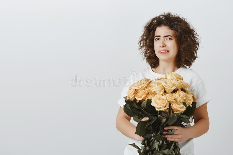 Dziewczyna no jest pewna ona chce otrzymywać taki teraźniejszość Niepewny nierad atrakcyjny żeński coworker, trzyma wiadro obrazy stock