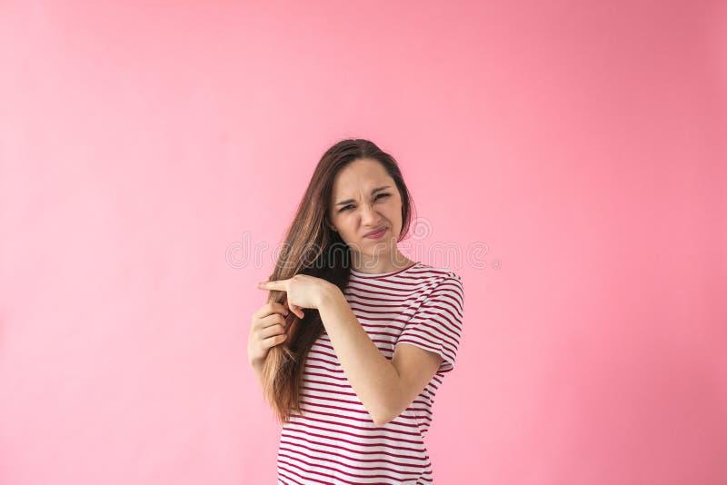Dziewczyna no jest szczęśliwa z jej włosy fotografia stock