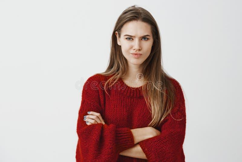 Dziewczyna no kupuje głupich wyjaśnień Portret wątpliwy nierad kreatywnie szef w czerwonym luźnym pulowerze, trzyma ręki zdjęcia stock