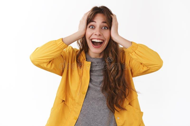 Dziewczyna no może wierzyć wygrywającej nagrodzonej loteryjnej pieniądze chwyta głowie uśmiechniętą dyszy imponującą uśmiechający obrazy stock