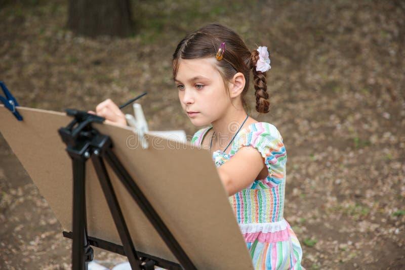 Dziewczyna obraz na sztaludze zdjęcia royalty free
