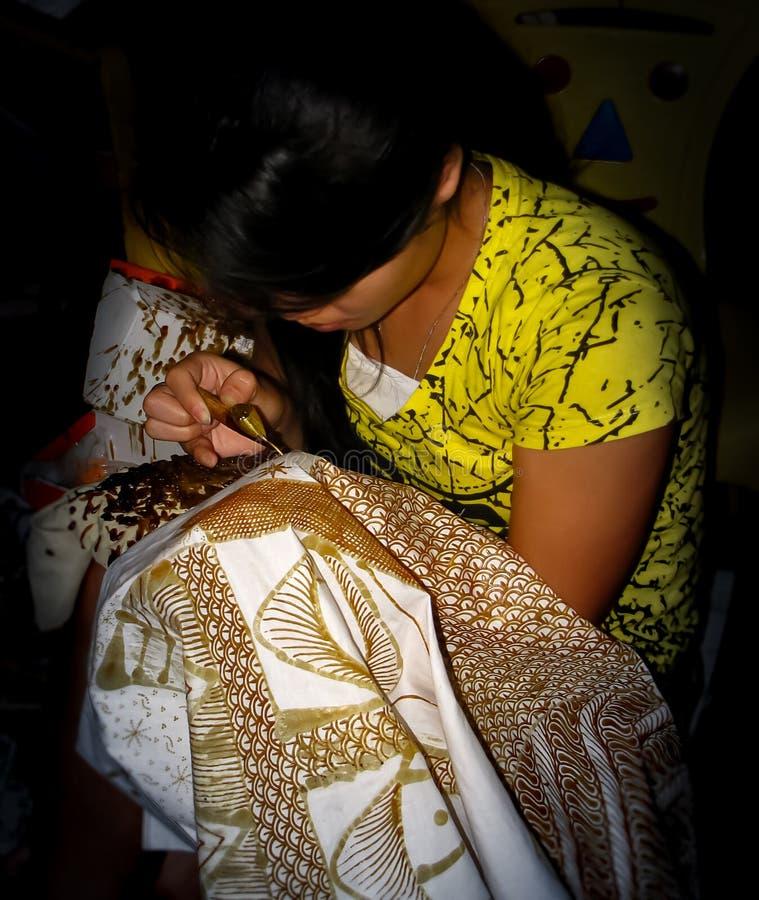 Dziewczyna obrazu złocisty batik w Yogyakarta, Jawa, Indonezja zdjęcie royalty free
