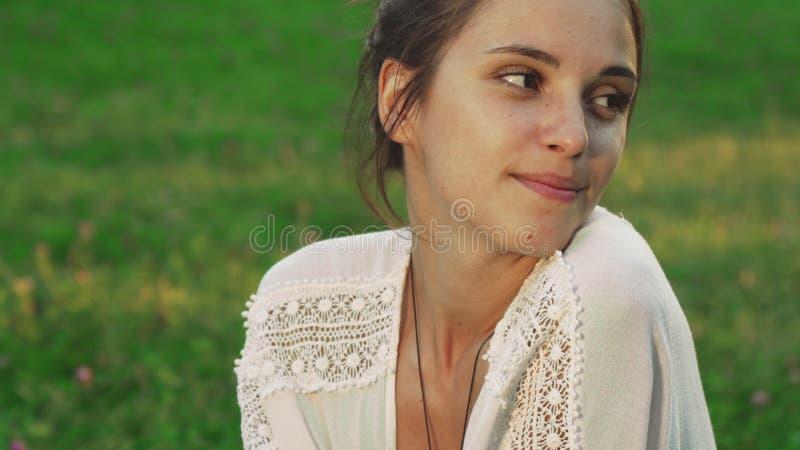 Dziewczyna obwąchuje kwiatu obraz royalty free