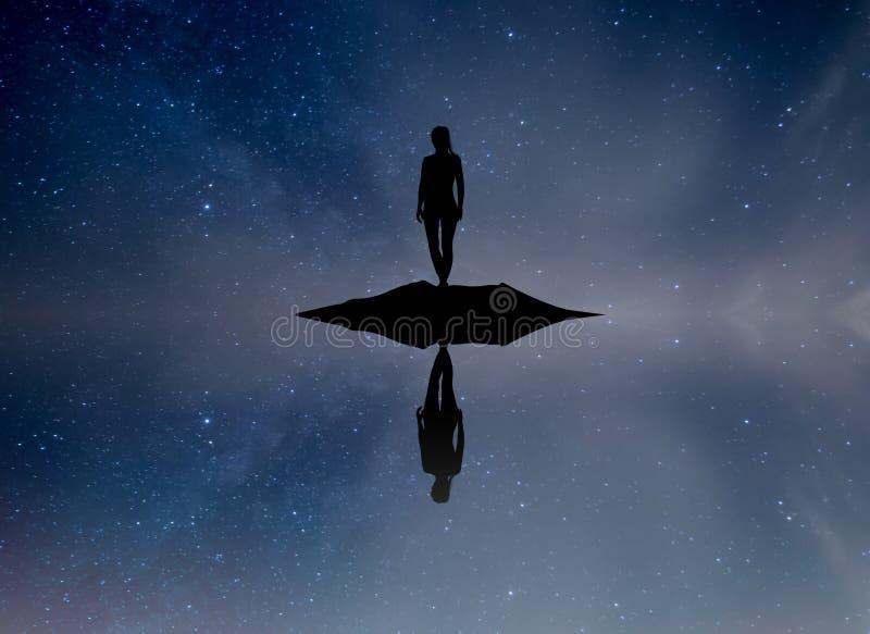 Dziewczyna odbijał w wodzie z gwiaździstym niebem royalty ilustracja