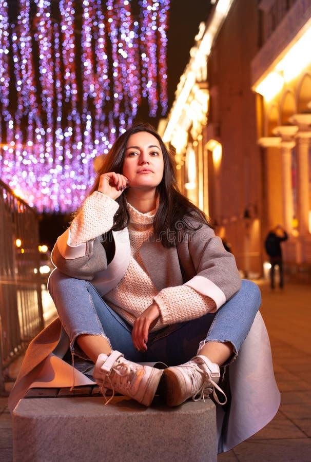 Dziewczyna odpoczywa na ulicie w wieczór mieście zdjęcia royalty free