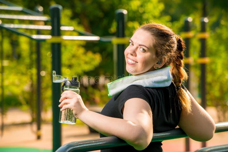 Dziewczyna odpoczywa nad rozmiarem po treningu, praca na twój ciała pojęciu obraz royalty free