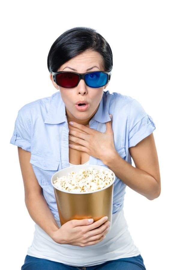Dziewczyna ogląda kino z pucharem popkorn w 3D szkłach zdjęcie stock