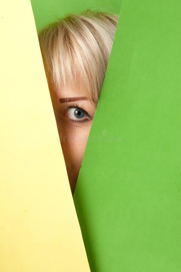Dziewczyna ogląda out od kolorowego otaczania obrazy stock