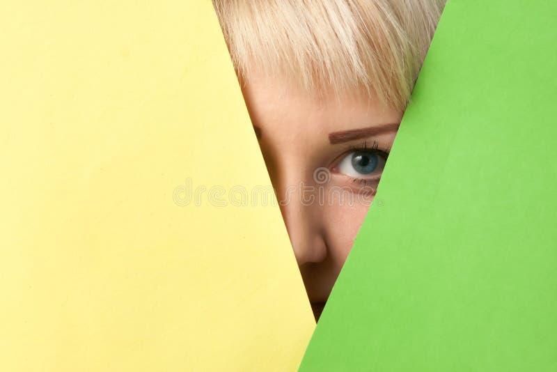 Dziewczyna ogląda out od kolorowego otaczania zdjęcia royalty free