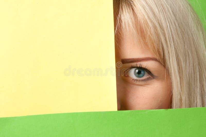 Dziewczyna ogląda out od kolorowego otaczania zdjęcie royalty free