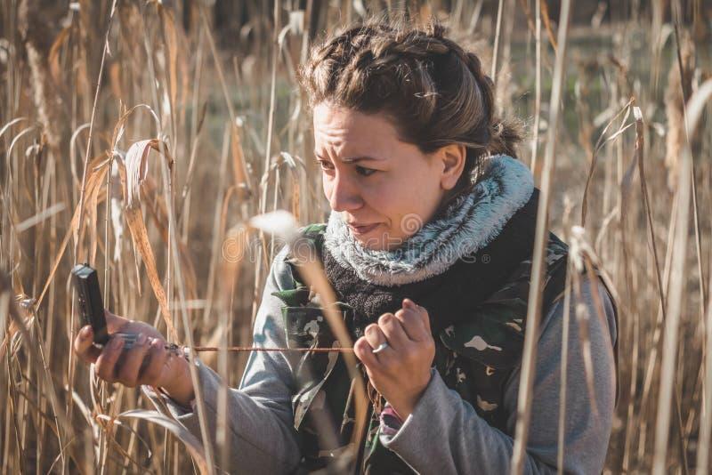 Dziewczyna okalecza Gubi w dzikim obrazy royalty free