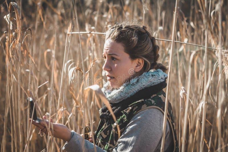Dziewczyna okalecza Gubi w dzikim zdjęcia royalty free