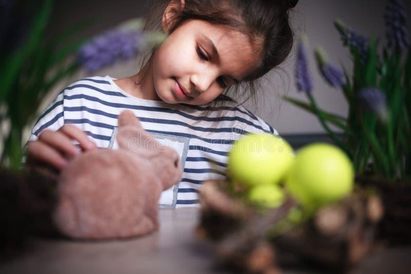 dziewczyna ona bawić się zabawki obraz stock