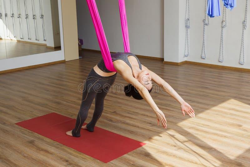 Dziewczyna opiera z powrotem z hamakiem robi powietrznym joga ćwiczeniom fotografia royalty free