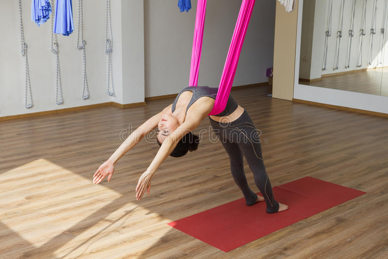 Dziewczyna opiera z powrotem z hamakiem robi powietrznym joga ćwiczeniom obrazy royalty free
