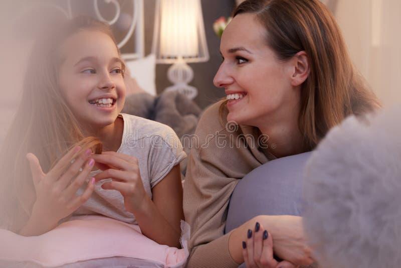 Dziewczyna opowiada z pozytyw matką zdjęcia royalty free