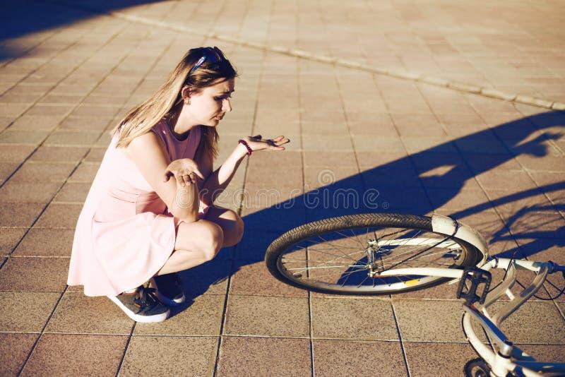 Dziewczyna opuszczał bicykl i łamał emocja przestraszył i no zna czego robić zdjęcie stock