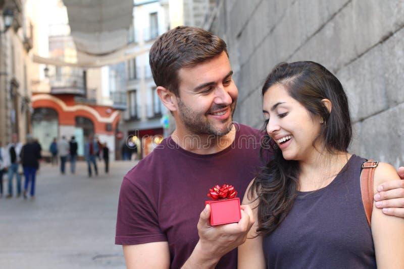 Dziewczyna otrzymywa niespodziankę od jego kochał jeden fotografia stock